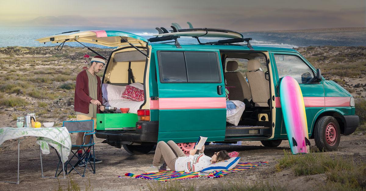un homme qui cuisine dans son van