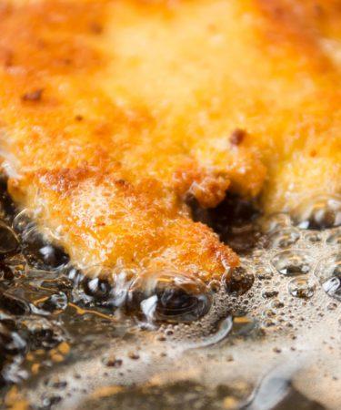Photo d'une escalope Viennoise en train du cuire dans du beurre frémissant